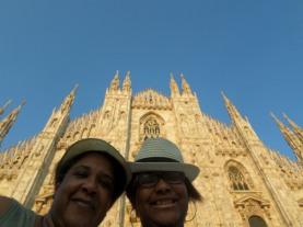 Ma mère et moi devant le Duomo